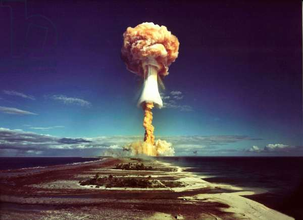 A mushroom cloud after the explosion of a French nuclear bomb on the French Pacific island of Mururoa, 1971 (photo)
