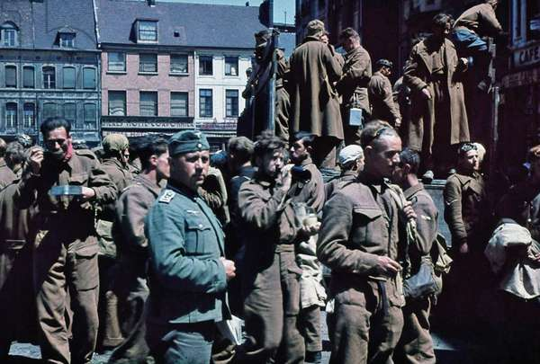 British prisoners and German soldiers, Dunkirk, France, 1940 (photo)