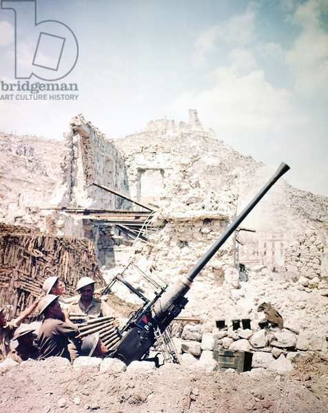 British soldiers with a Bofors 40mm anti-aircraft gun below Monte Cassino, Italy, April 1944 (photo)
