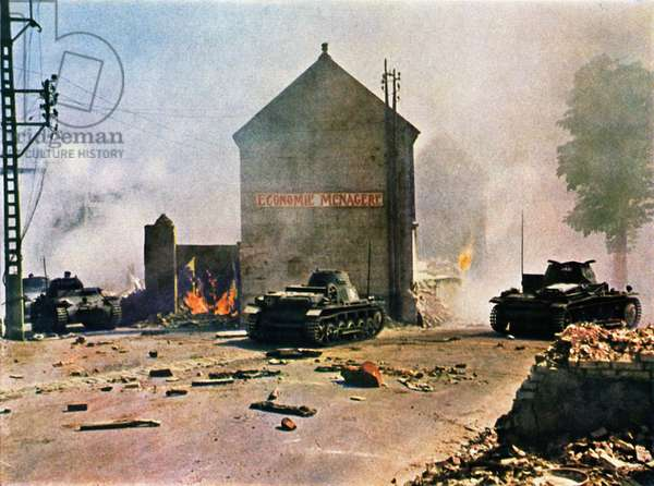 German tanks entering a town during the Battle of France, June 1940 (photo)