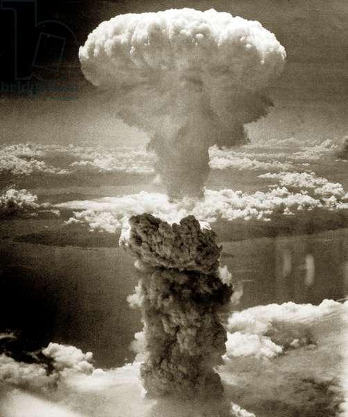 Atomic bomb mushroom cloud over Nagasaki, August 9, 1945 (b/w photo)