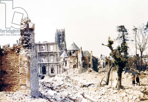 Two people walking through the ruins of Saint-Lo, August 1944 (photo)