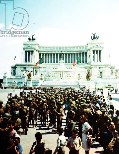 Allied soldiers in front of Monumento Vittorio Emanuele II, Rome, 5th June 1944 (photo)