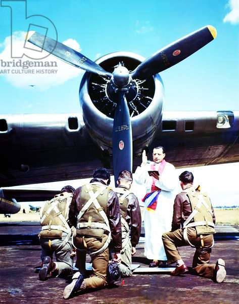 A priest blessing the crew of a Boeing B-17 'Flying Fortress' prior to departure, Britain, 1944 (photo)