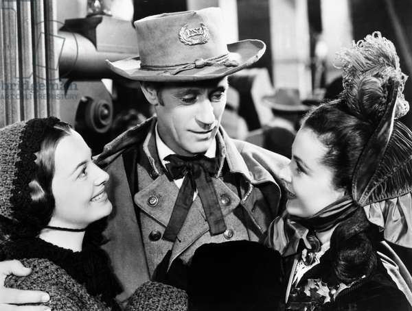 GONE WITH THE WIND, 1939 Olivia de Havilland, Leslie Howard, and Vivien Leigh in a scene from the film.