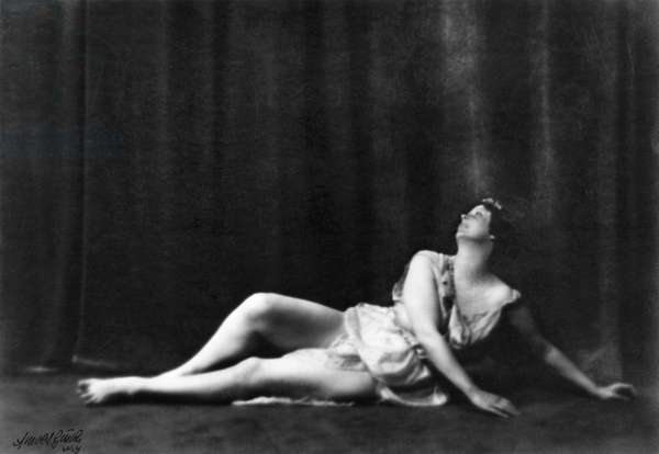 ISADORA DUNCAN (1877-1927) American dancer. Photographed by Arnold Genthe.
