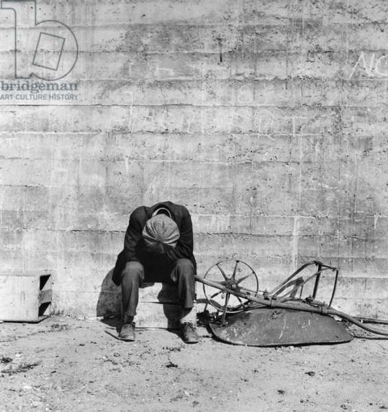 A man beside a wheelbarrow in San Francisco, California, 1934 (b/w photo)