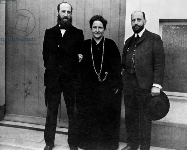 Gertrude Stein with her brothers Leo (left) and Michael c. 1906 (b/w photo)