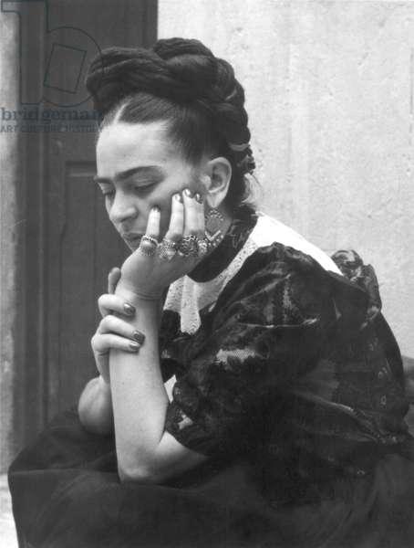 FRIDA KAHLO (1907-1954) Mexican artist. Photograph, 1947, by Lola Alvarez Bravo.