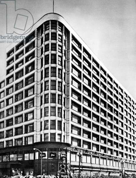 The Carson, Pirie, Scott & Company department store at the corner of Madison Street and State Street in Chicago, Illinois, designed by Louis H. Sullivan, constructed between 1899 and 1904. Photographed c.1950.