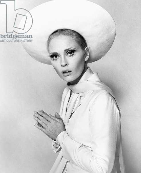 FAYE DUNAWAY (1941- ) American actress.