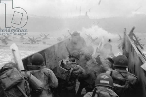 FILM: SAVING PRIVATE RYAN American troops landing at Omaha Beach in Normandy during the D-Day invasion of World War II. Still from the film, 'Saving Private Ryan,' directed by Stephen Spielberg, 1998.