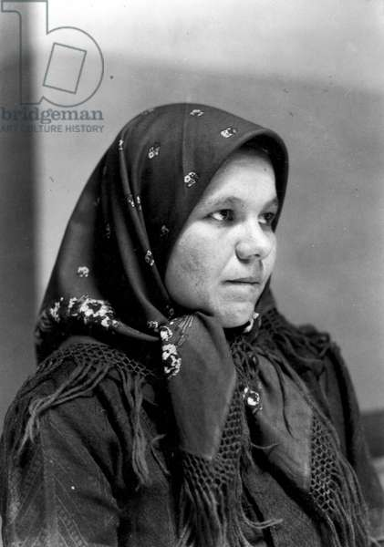 IMMIGRANTS: ELLIS ISLAND An Italian immigrant woman at Ellis Island. Photograph by Lewis w. Hine, 1905.