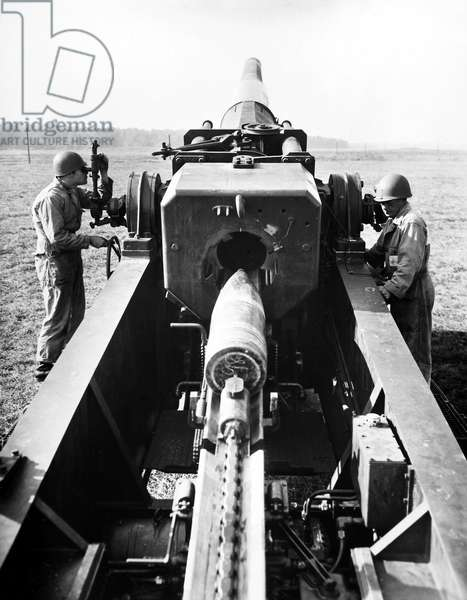 NUCLEAR ARTILLERY, 1952 Demonstration of the U.S. Army's 280mm atomic gun, capable of firing conventional and atomic shells, at Aberdeen, Maryland, 1952.