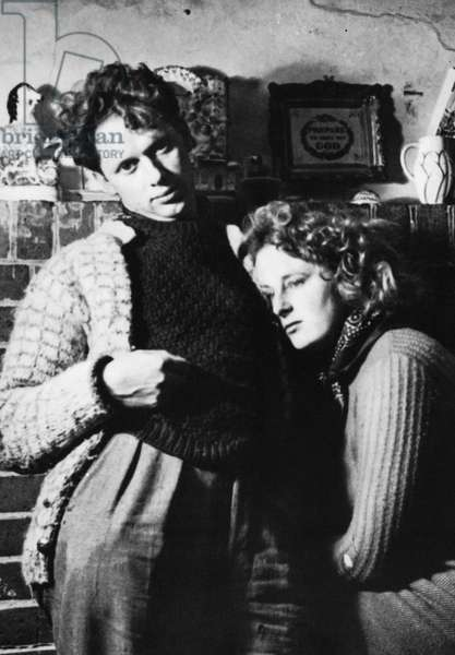 DYLAN THOMAS (1914-1953) Welsh poet. Dylan and Caitlin Thomas at Sea View, Laugharne, Wales.