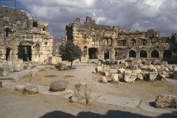 Sanctuary of Jupiter Heliopolitanus, Hexagonal courtyard, High Imperial Period (27 BC-395 AD) (photo)