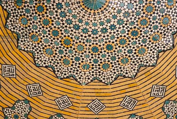 North iwan, interior of the cupola, decorative tilework (photo)