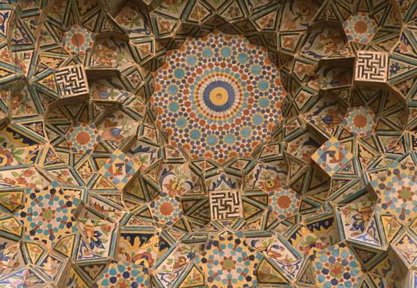 The Friday Mosque, gateway entrance, vault of muqarnas (photo)