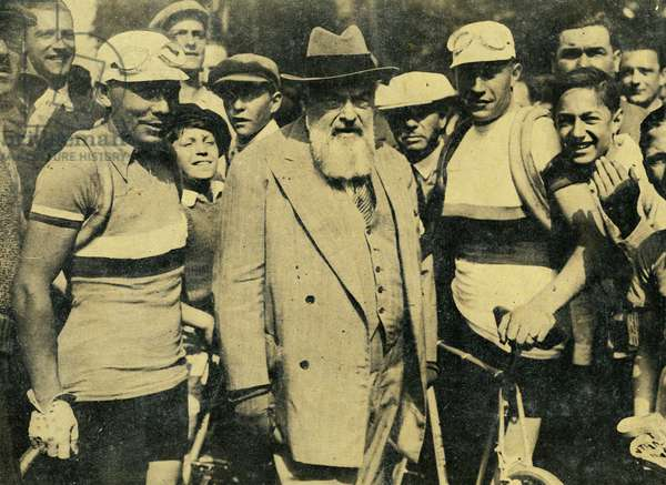 Departure of the Tour de France cycliste 1934 L writer Tristan Bernard between the runners Archambaud and Speicher Photograph taken from the weekly Le Monde Illustrius in July 1934