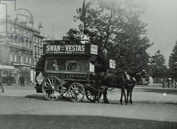 Horse-drawn omnibus at Hyde Park Corner, 1910 (b/w photo)