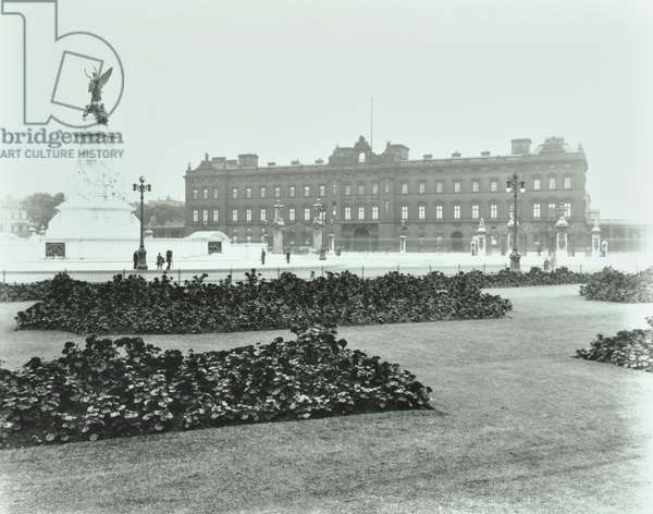 Buckingham Palace, Buckingham Palace, Westminster LB: front elevation, 1913 (b/w photo)