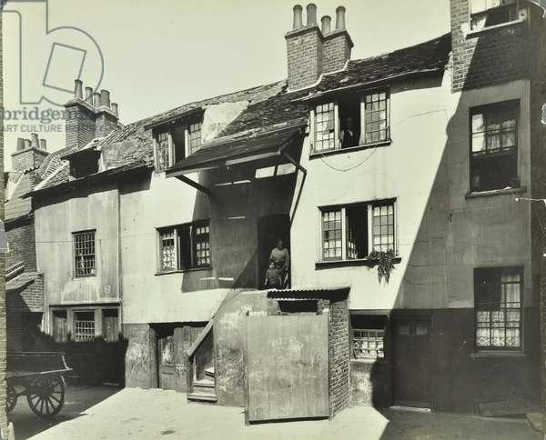 Crooked Billet Yard: slum housing, 1923 (b/w photo)