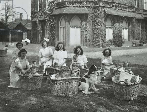 Park Hospital: nurses with children, 1947 (b/w photo)