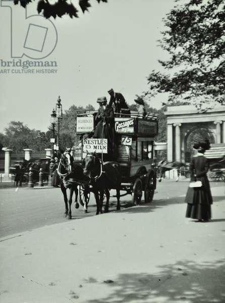 Horse-drawn omnibus at Hyde Park Corner, 1909 (b/w photo)