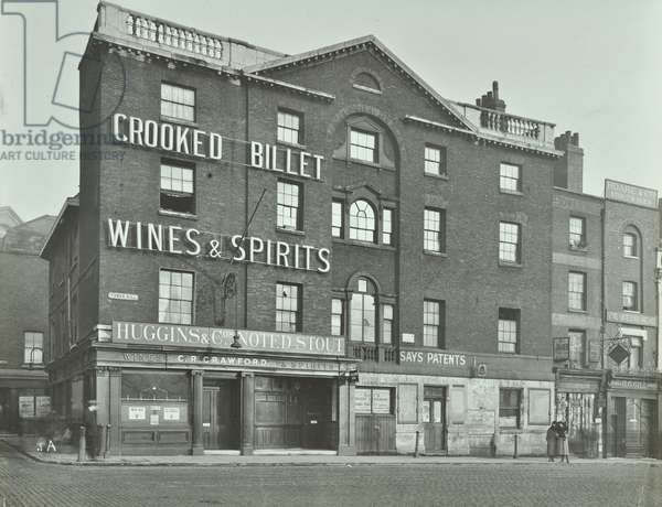 Crooked Billet/ Queen's Head, 32 Tower Hill: front elevation, 1921 (b/w photo)