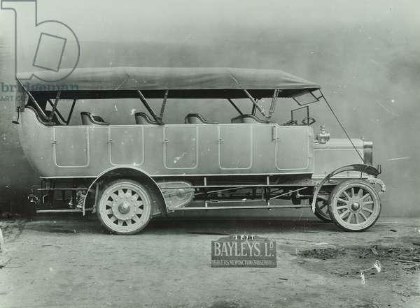Motorised charabanc by Cammer Cars of Luton, 1905 (b/w photo)