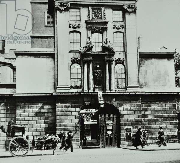 St Bartholomew's Hospital: entrance, 1910 (b/w photo)