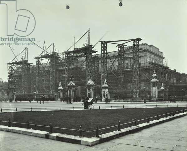 Buckingham Palace, Buckingham Palace, Westminster LB: front elevation during renovations, 1913 (b/w photo)