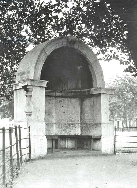 Victoria Park: alcove reported to be from the old London Bridge, 1920 (b/w photo)