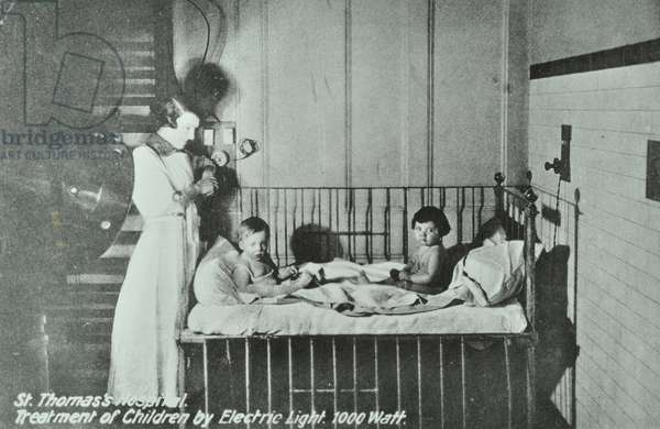 Treatment of Children by electric light, St Thomas's Hospital (b/w photo)