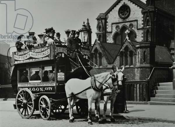 Horse-drawn omnibus outside Southwark Cathedral, 1906 (b/w photo)