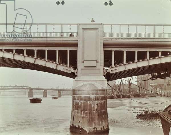 Vauxhall New Bridge: close up of a buttress, 1906 (b/w photo)