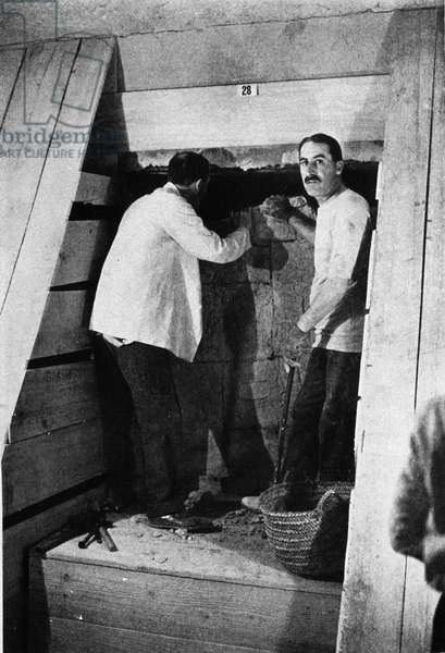 Discovered by Howard Carter and Lord Carnavon from the tomb of Tutankhamun. Thebes (Egypt). Valley of the Kings. 1922. Howard Carter at the entrance to Tutankhamun's tomb, Luxor, Egypt, 1922-1923. The discovery of Tutankhamun's tomb in the Valley of the Kings in 1922