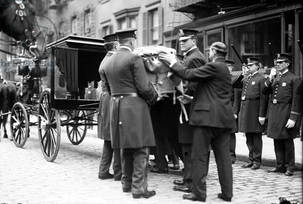 Funeral of Joe Petrosino, famous police lieutenant involved in the fight against the Mafia in Palermo and New York. His body was transferred from Palermo to New York. 09/04/1909