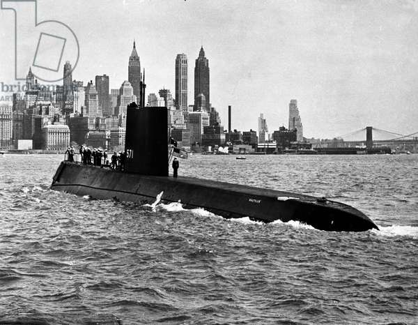 View of the USS Nautilus (SSN-571), the first nuclear submarine (submarine) arriving in New York Harbour after crossing the Arctic cap in 1956. Photography