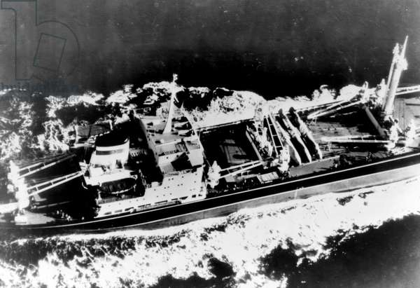 Cold War (Cuban missile crisis or nuclear fusees): the Sovietic ship Okhotsk leaves Cuba charging three nuclear missiles positioned on the island towards the United States. Photograph of defense services taken from a bomber. 03/12/1962