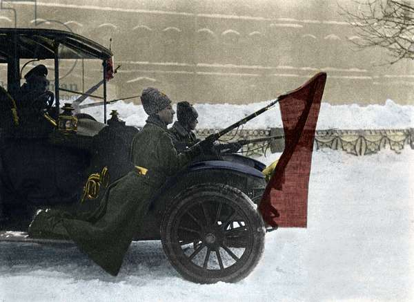 Russian Revolution (RUSSIAN REVOLUTION, 1917.): days in Petrograd, soldiers of the red army circulating on the mudguards of cars with red flags fixed to their bayonets - Pro-Bolshevik soldiers, with red flags fixed to their bayonets, patrolling the streets of Petrograd in March 1917, from a car commandeered from the Provisional Government.