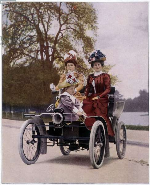 The promenade at the Bois de Boulogne in 1900: women driving a 5 cv Decauville.