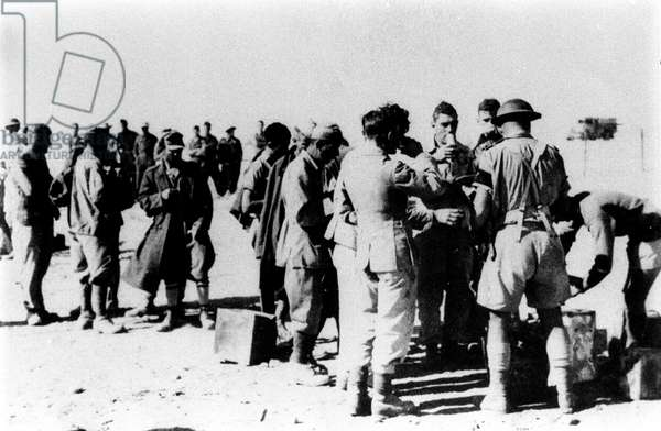Second World War, African Front: Italian soldiers prisoners of British forces in Libya. 1943. Photography