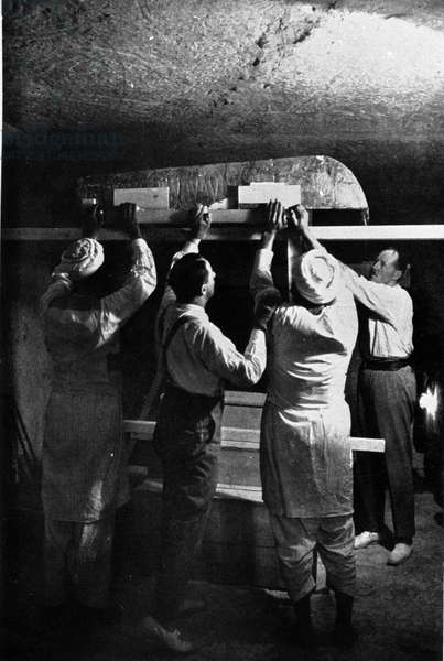 Discovered by Howard Carter and Lord Carnavon from the tomb of Tutankhamun. Thebes (Egypt). Valley of the Kings. 1922.