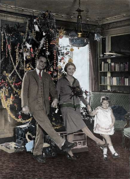 Francis Scott Fitzgerald (1896-1940) with his wife Zelda and daughter Scottie, 1925 (photo)