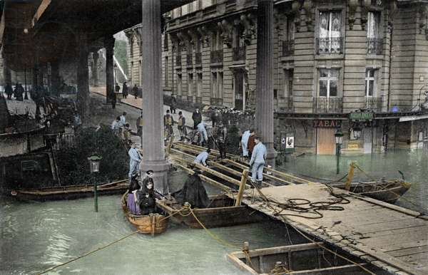 Flood of Paris (flood of the Seine) in January 1910: Passy construction of a bridge by genie.