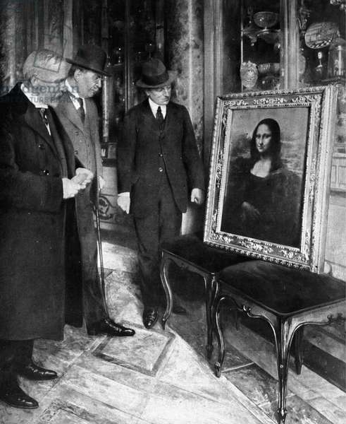 The Mona Lisa (Mona Lisa - Monna Lisa) was found after its flight by Vincenzo Peruggia (1881-1925) in 1911. At the Uffizi Gallery (Uffizi) in Florence, Mr.Poggi, director of the gallery (right), Corrado Frisee, general director of Fine Arts (centre) and restaurateur Luigi Cavenaghi (left), examine the state of conservation of painting. 1913.