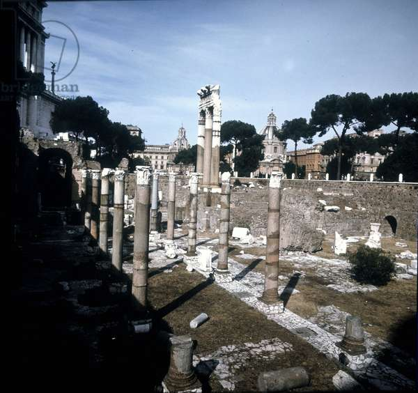 The Caesar Forum began in -54 BC and ended under Emperor Augustus (Octavian or Octavian) (63 BC - 14). Rome.