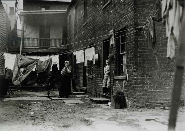 Tenement house with laundry hanging in the backyard, Pittsburgh, Pennsylvania, USA, 1907 (b/w photo)
