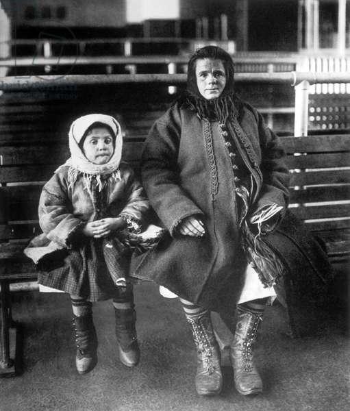Emigrant Mother and Daughter, Ellis Island, New York, USA, Circa 1902